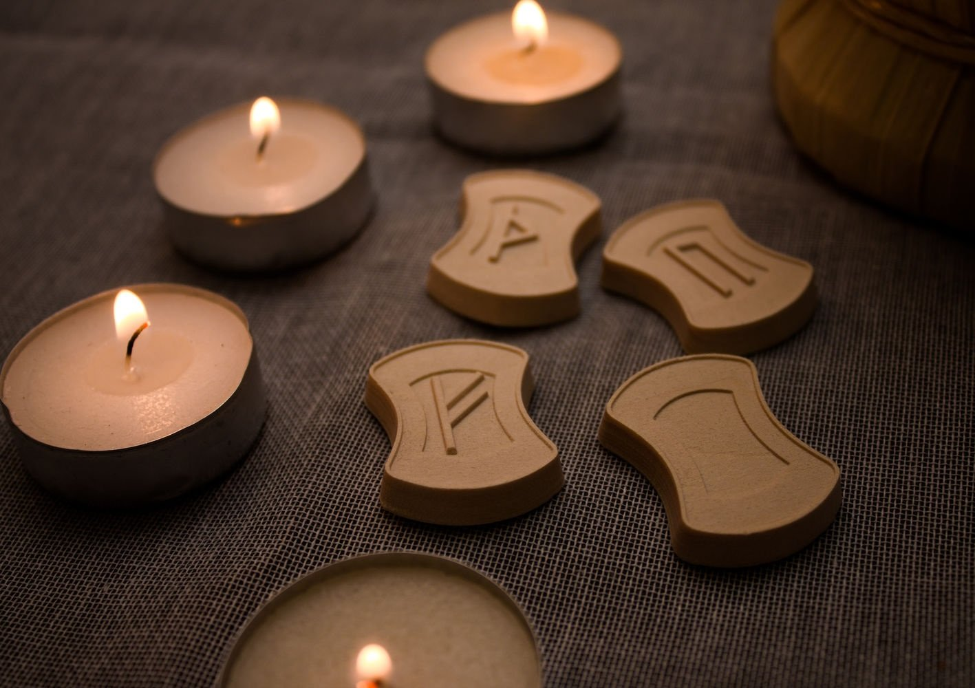 Приворот с рунами и свечой