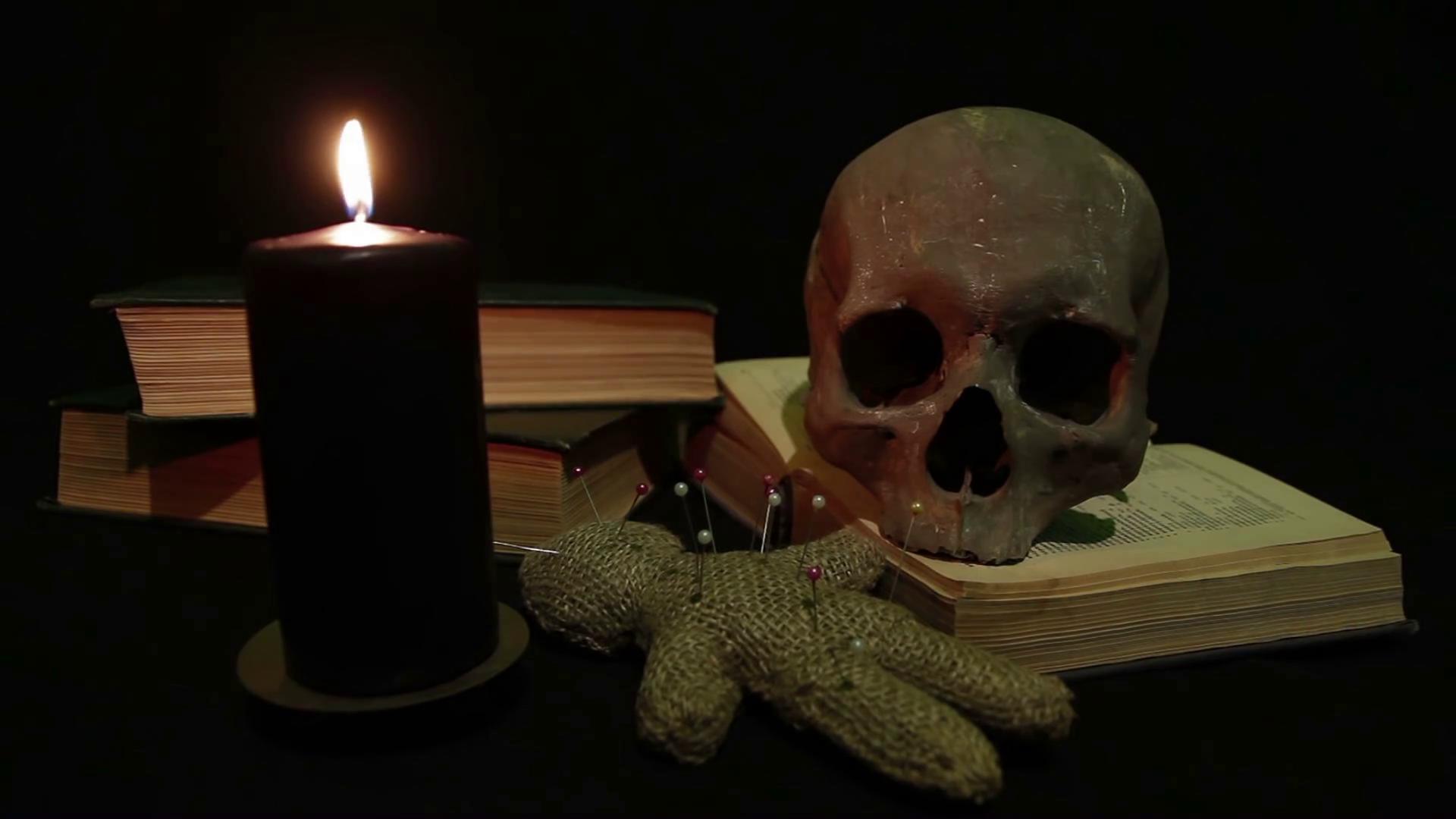 Черные маги предварительно заряжают свечной воск на кладбище