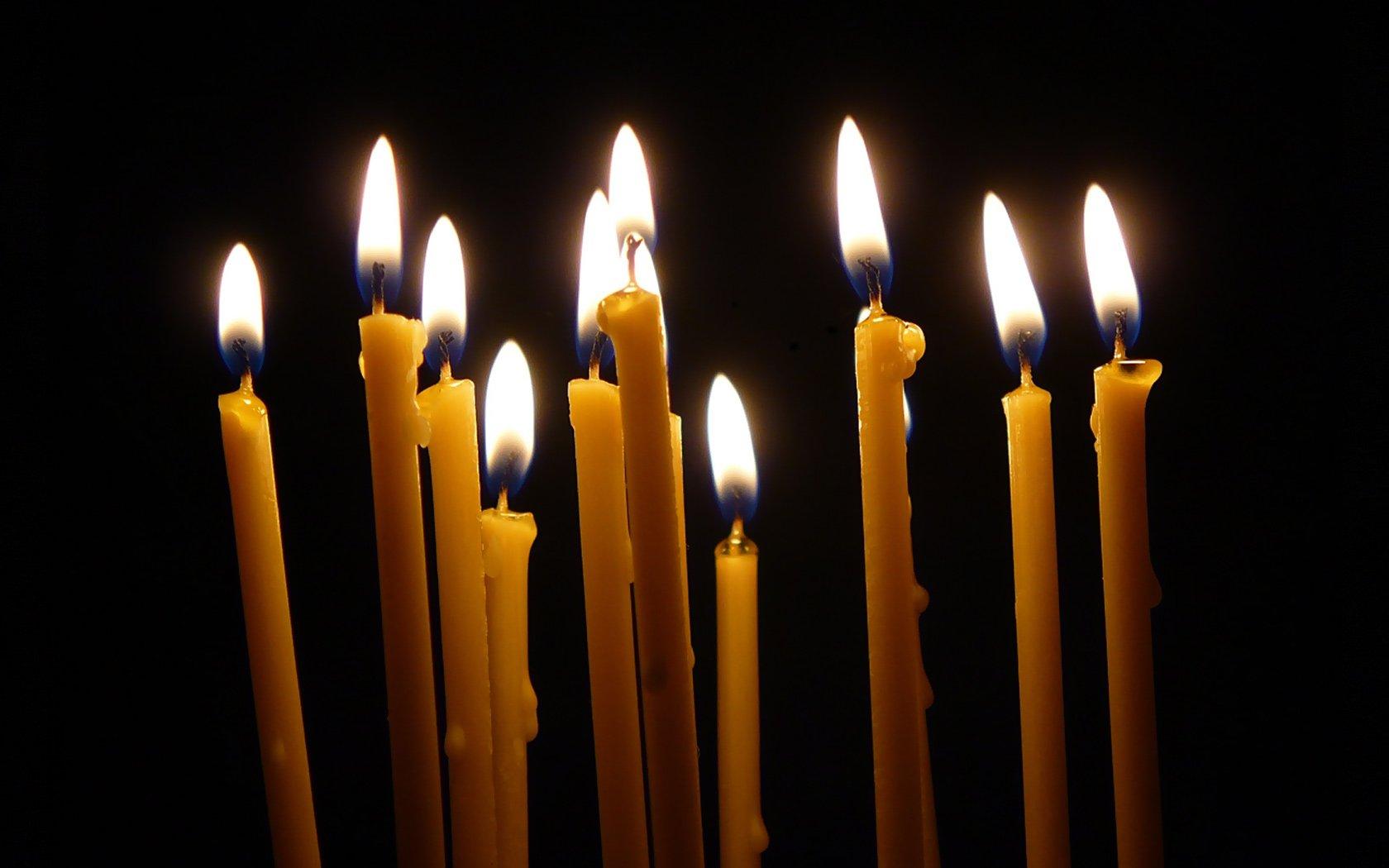 Заговор на деньги с церковными свечами