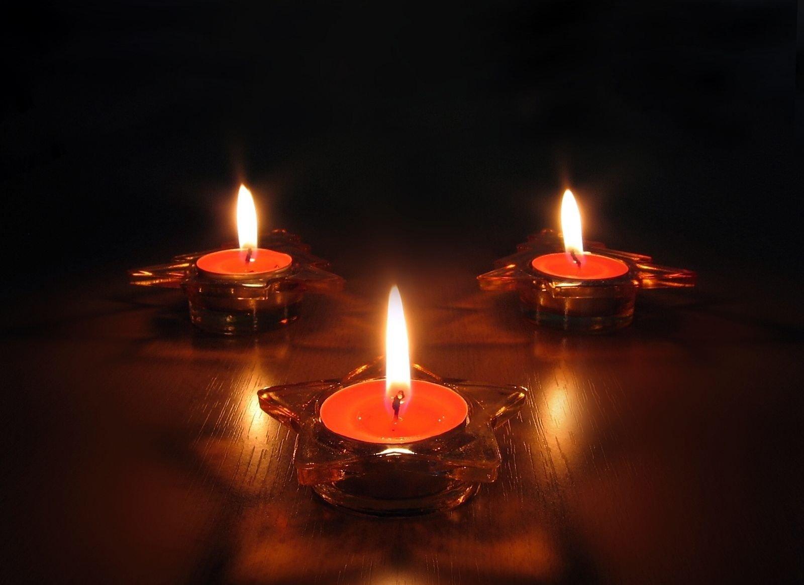 Заговор на три свечи для привлечение больших денег