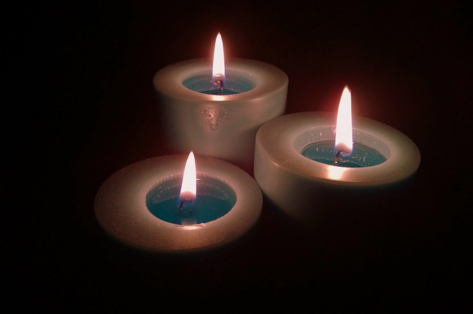 Заговор на булавку с помощью свечей