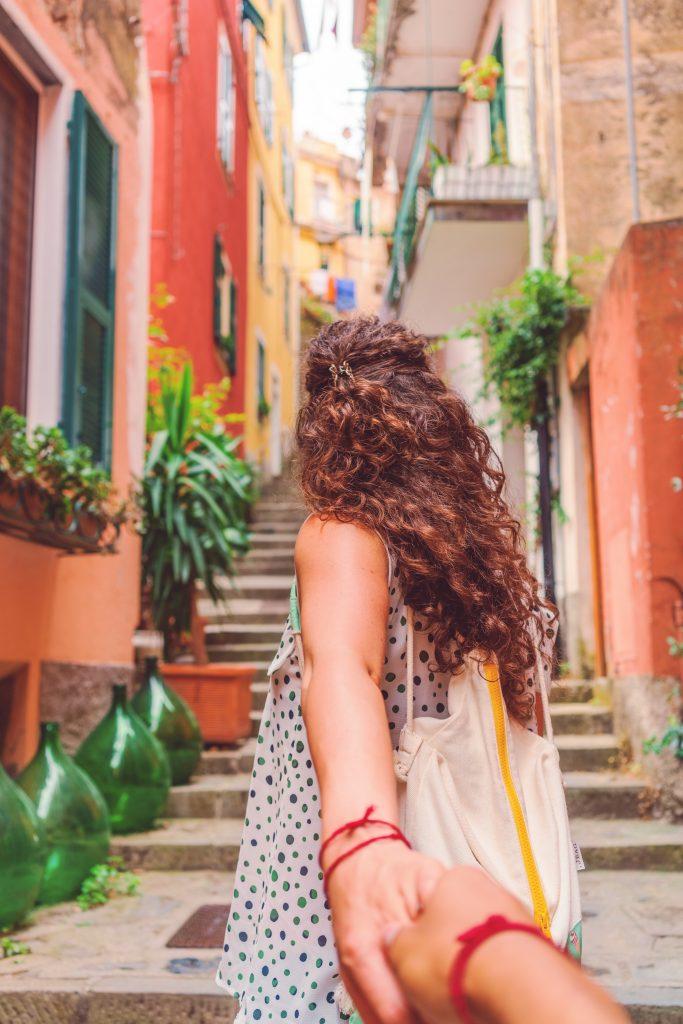 Красная нитка на запястье: что это значит, как правильно завязать и зачем носить?
